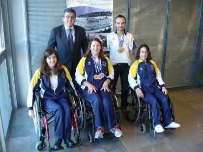 Cristóbal Grau recibe a una representación de los nadadores que participaron en el Europeo de Islandia