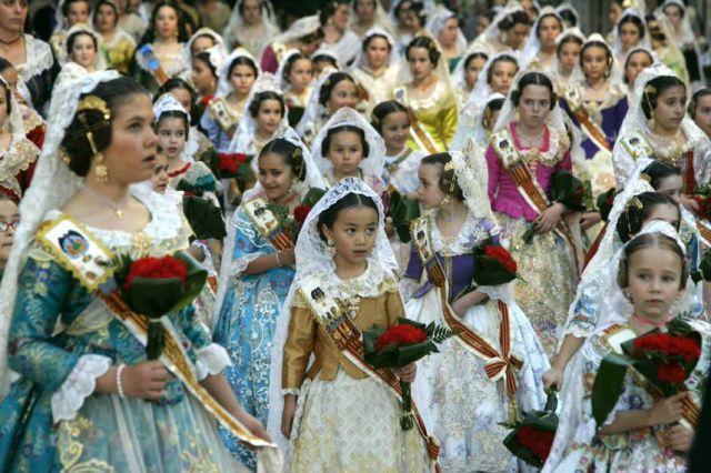 Ofrenda floral de las comisiones falleras a la Virgen de los Desamparados