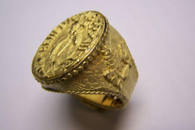 Detalle anillo Pescador del Papa Luna