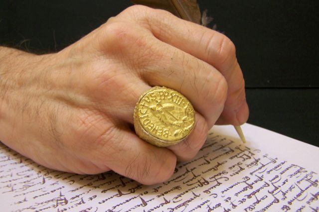 Vista del anillo del Pescador del Papa Luna