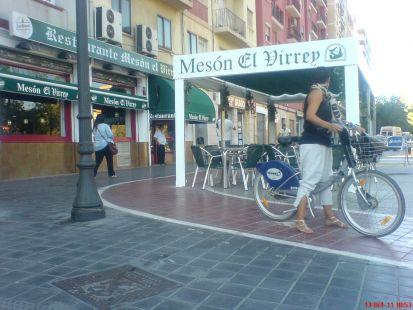 Poste de hierro en carril bici Blasco Ibañez 74 Cardenal Benlloch esquina