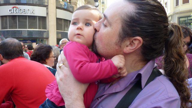 Mi papá dándome un beso en la mascletá