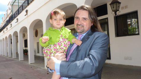 Padre e hija en el patio del banquete