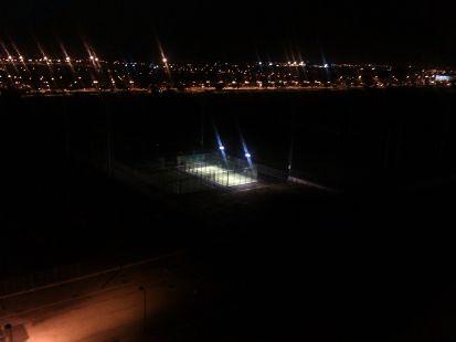 Luces encendidas polideportivo municipal quatre carreres