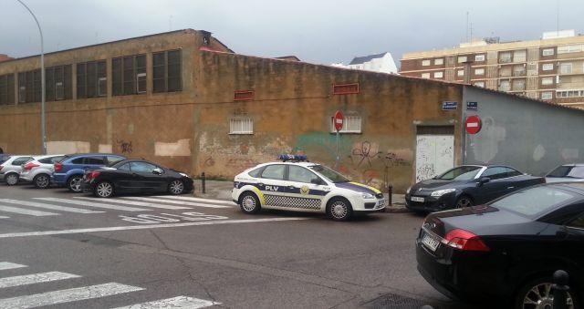 Policia Local Aparcada en paso cebra, esquina, STOP y dirección prohibida