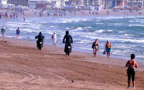 En moto, por la playa